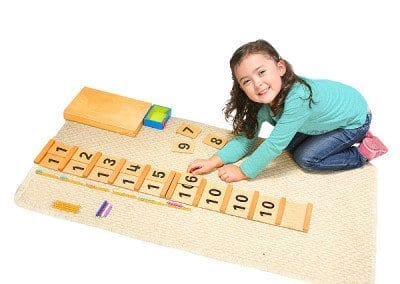 Niña Trabajando con material matemático Montessori