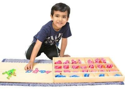 Niño Trabajando con material lenguaje Montessori