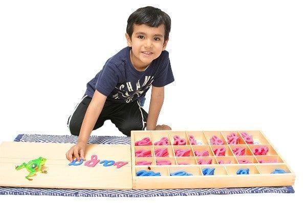 Niño Trabajando con material lenguaje jardín Mundo Montessori