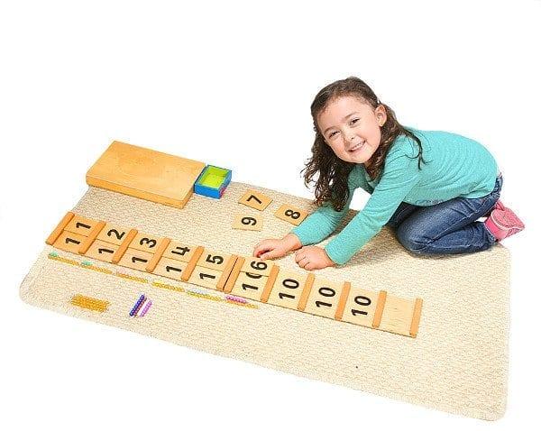 Niña Trabajando con material matemático Jardín Mundo Montessori