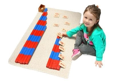 Niña trabajando con barras numéricas jardín Mundo Montessori