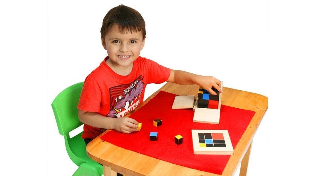 Niño trabajando con el cubo del trinomio Mundo Montessori Bogotá