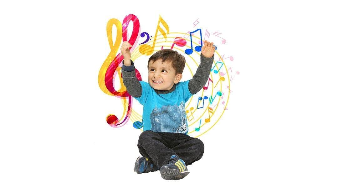 Niño felíz con estimulación musical Montessori