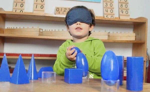 Niño Trabajando con material sensorial jardín Mundo Montessori