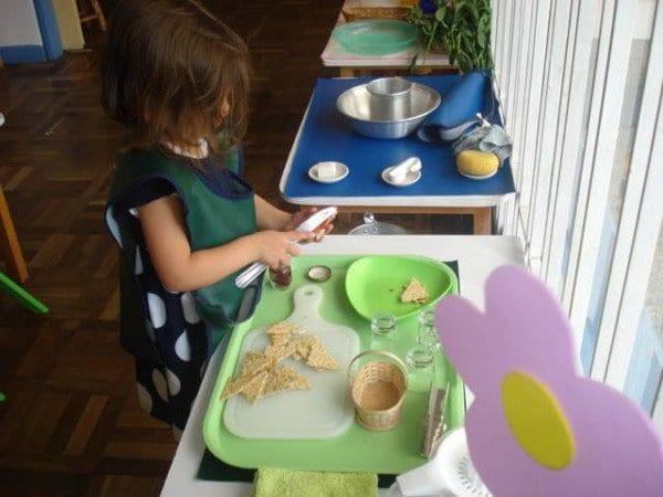 Niña Trabajando con material vida práctica jardín Mundo Montessori